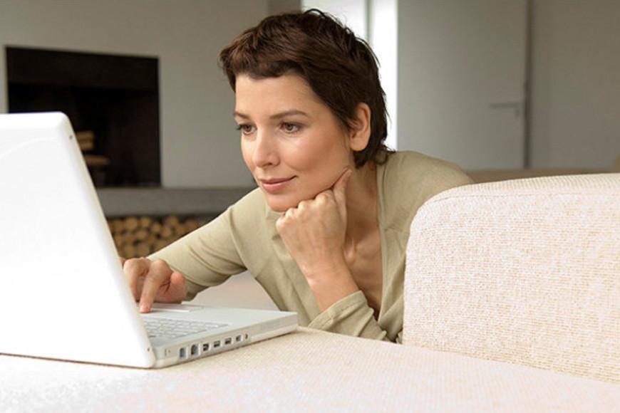 eine Frau schaut in den Laptop
