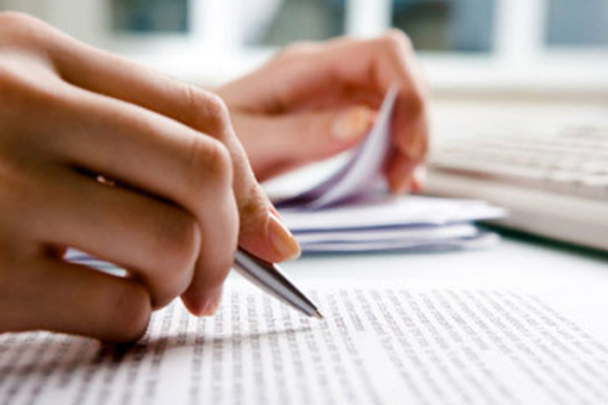 eine Hand die einen Füller hält